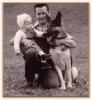 Stolzer Vater mit Tochter Marika